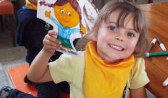 fai-fondo-ambiente-italiano-scuola-una-bambina-mostra-un-disegno